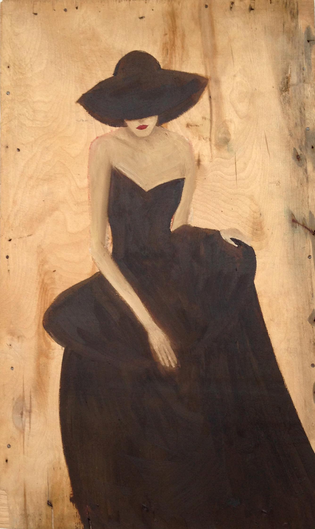 moon. Frau auf Holz im braunen Abendkleid